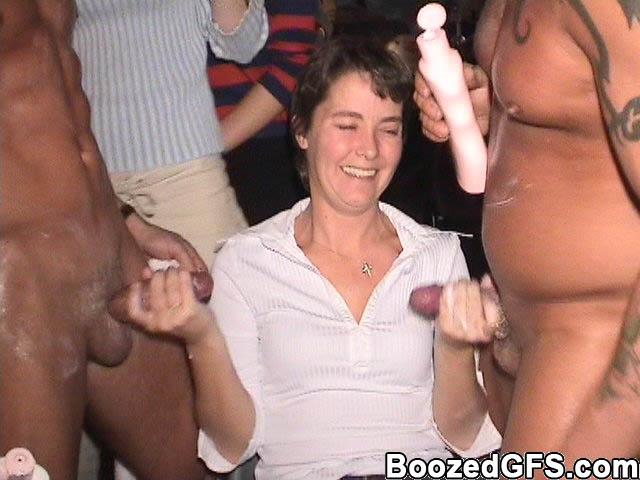 Три зрелые женщины сосут стриптизерам члены на деньги мужей